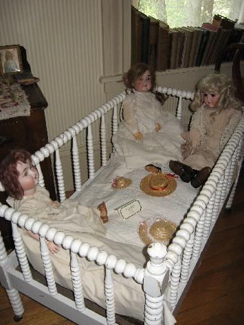 Image from http://victorianalady.com/images/355_Victorian_Doll_Bed.jpg